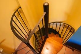 Escalera doble dúplex sin cocina Complejo Turístico La Garganta tu balcón al Caminito del Rey | @lagarganta.com
