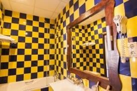 Interior del cuarto de baño de la habitación doble Complejo Turístico La Garganta tu balcón al Caminito del Rey | @lagarganta.com