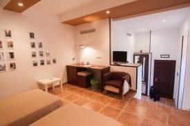 Interior habitación doble Complejo Turístico La Garganta tu balcón al Caminito del Rey | @lagarganta.com
