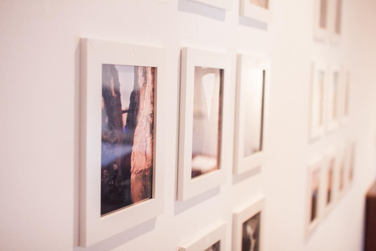 Fotografías en la pared de la habitación doble