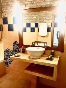 Cuarto de baño habitación en obras Complejo Turístico La Garganta tu balcón al Caminito del Rey | @lagarganta.com