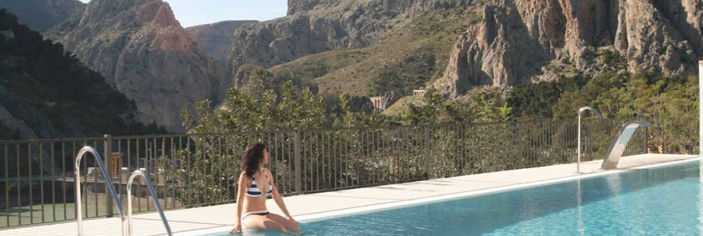 Chica en la piscina de La Garganta