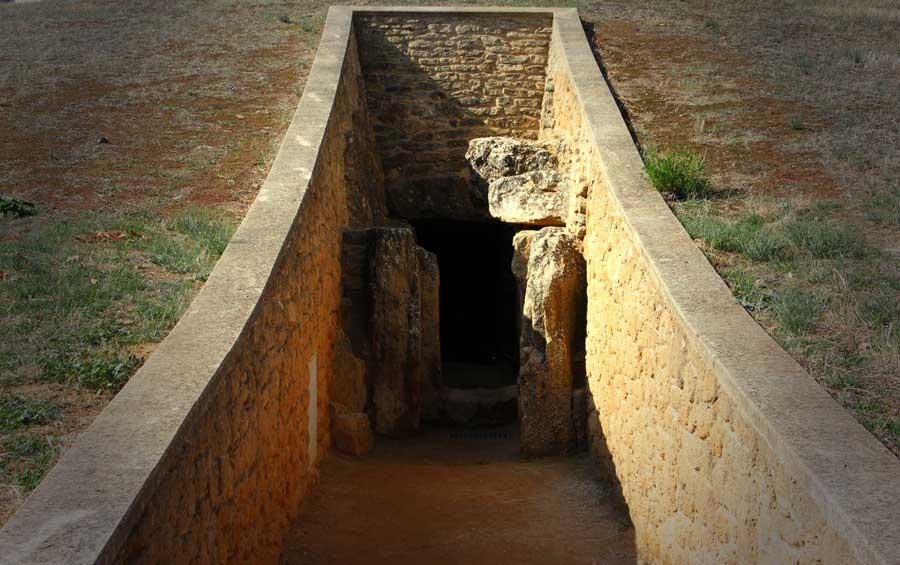 Entrada a la cueva Dolmen de Viera en Antequera
