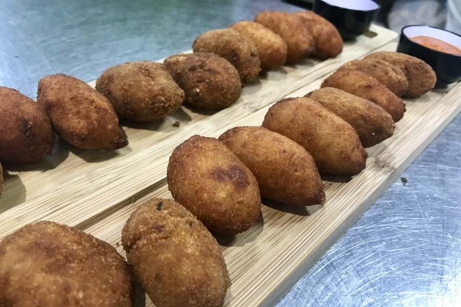 Croquetas de chivo lechal malagueño con reducción de Moscatel