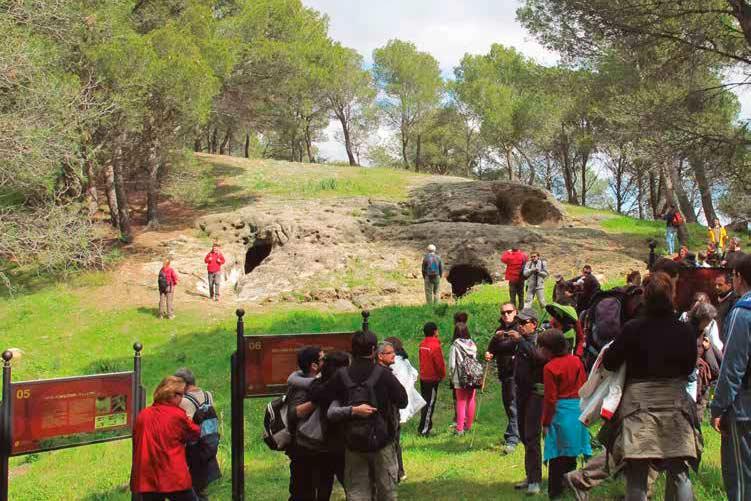 Senderistas en las tres tumbas de la Necrópolis de Las Aguilillas